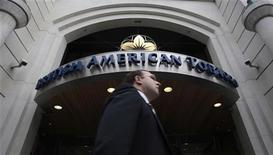 Мужчина проходит мимо входа в здание офиса British American Tobacco, 6 мая 2009 года. British American Tobacco значительно повысила цены на сигареты в первом полугодии, за счет чего смогла нарастить прибыль, несмотря на снижение объемов продаж. REUTERS/Luke MacGregor