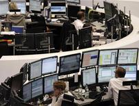 Трейдеры следят за торгами на бирже во Франкфурте-на-Майне, 13 июля 2011 года. Европейские рынки акций в четверг открылись резким спадом вслед за Уолл-стрит, так как американские политики по-прежнему не могут договориться о повышении долгового лимита, а квартальные результаты компаний приносят разочарования. REUTERS/Remote/Amanda Andersen