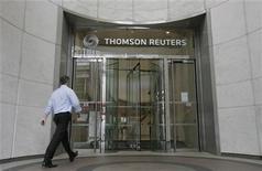 Мужчина входитв офис Thomson Reuters в Лондоне 6 августа 2009 года. Рост выручки крупнейшего поставщика бизнес-информации Thomson Reuters Corp замедлился до 4 процентов во втором квартале 2011 года с 5 процентов в первом квартале.  REUTERS/Simon Newman