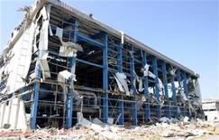 Вид на уничтоженную взрывом 11 июля электростанцию Vasilikos на Кипре 21 июля 2011 года. Кабинет министров Кипра подал в отставку в четверг, спустя почти четыре недели после мощного взрыва на военной базе, поставившего государство перед лицом серьезных экономических проблем. REUTERS/Andreas Manolis