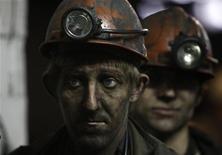 Украинские шахтеры на шахте в районе города Макеевка в Восточной Украине, 20 ноября 2009 года. При взрыве на шахте Суходольская-Восточная, в Луганской области на востоке Украины, как минимум 16 шахтеров погибло и 9 пропали без вести. REUTERS/Gleb Garanich