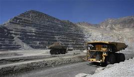 Грузовик едет по дороге рядом с шахтой под Сантьяго, 20 марта 2009 года. Горнорудная компания Anglo American повысила прибыль на 38 процентов в первом полугодии за счет роста цен на металлы и ожидает дальнейшего улучшения показателей во втором полугодии. REUTERS/Ivan Alvarado
