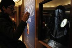 <p>A man takes a photograph of the 31.06 carat Wittelsbach-Graff Diamond on display at the Smithsonian National Museum of Natural History in Washington, January 29, 2010. REUTERS/Jason Reed</p>