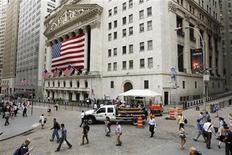 Люди проходят мимо фондовой биржи на Уолл-стрит в Нью-Йорке, 25 июля 2011 года. Член Палаты представителей от Республиканской партии, который был против плана повышения долгового лимита, сказал в пятницу, что в переговорах есть прогресс и предрек его одобрение в парламенте. REUTERS/Lucas Jackson