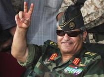 Глава повстанческих сил Мустафа Абдель Джалиль приветствует толпу в Кише 6 июля 2011 года. Командующий ливийскими повстанческими силами Абдель Фаттах Юнес был убит в ночь на пятницу, сообщил лидер противников действующего главы Ливии Муаммара Каддафи Мустафа Абдель Джалиль. REUTERS/Esam Al-Fetori