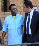 Pelé e o ministro do Esporte, Orlando Silva, chegam para entrevista coletiva no Rio de Janeiro. 29/07/2011 REUTERS/Sergio Moraes