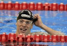 """O nadador Cesar Cielo tira touca após competição em Xangai, China, em 27 de julho de 2011. Um tribunal afirmou que Cielo tomou """"precauções suficientes"""" para o uso de suplementos alimentares. 27/07/2011 REUTERS/Christinne Muschi"""