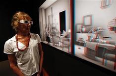 Visitante do Museu Judaico, em Nova York, observa obra da artista e cineasta israelense Maya Zack. 29/07/2011  REUTERS/Mike Segar