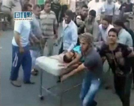 Hinweis: Reuters kann den Inhalt der Videoquelle dieses Standbilds nicht verifizieren. Ein Mann wird auf einer Bahre zum Al-Badra-Krankenhaus in Hama gebracht. Das Videostandbild wurde am 31. Juli 2011 erstellt. REUTERS/YouTube via Reuters TV