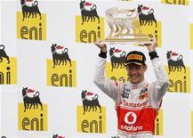 O britânico Jenson Button comemora com seu troféu após vencer o Grande Prêmio da Hungria, perto de Budapeste. 31/07/2011 REUTERS/Max Rossi