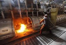 Рабочий контролирует производство алюминия на заводе в Красноярске, 18 мая 2011 года. Деловая активность предприятий в обрабатывающем секторе РФ в июле 2011 года продемонстрировала спад из-за сокращения объемов новых заказов, производства и закупок, свидетельствует индекс менеджеров по снабжению (PMI), составляемый компанией Markit для HSBC. REUTERS/Ilya Naymushin