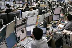Трейдеры следят за ходом торгов на бирже в Сеуле, 16 июля 2007 года. Фондовые рынки Азии выросли в понедельник, после того как законодатели США договорились о повышении долгового лимита. REUTERS/Han Jae-Ho