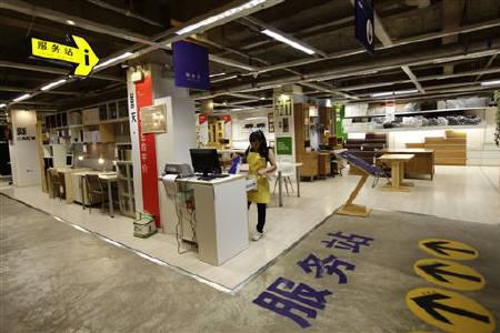 """2011年7月28日,云南昆明""""十一家具""""店?,一位职员在服务站工作。 REUTERS/Jason Lee"""
