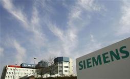 Завод Siemens в Мюнхене, 28 марта 2007 года. Немецкий машиностроительный концерн Siemens продаст блокпакет российского концерна Силовые машины компании Алексея Мордашова, одновременно создав с Силмашем совместное предприятие для выпуска газовых турбин, говорится в сообщении компаний. REUTERS/Michaela Rehle
