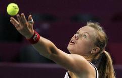 Теннисистка Вера Душевина на турнире в Париже, 8 февраля 2011 года. Российская теннисистка Вера Душевина вышла во второй круг турнира San Diego Open. REUTERS/Regis Duvignau