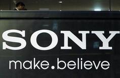 Логотип Sony Corp в Токио, 25 ноября 2010 года. Sony Corp в этом месяце разработает планы для реорганизации своего телевизионного сегмента, показывающего плохие результаты, и даже рассмотрит возможность совместной работы с другими компаниями, передала газета Nikkei. REUTERS/Toru Hanai