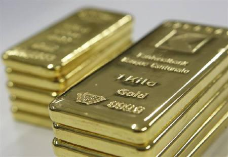 Gold ingots of 1 kg and 500g are seen in this picture illustration taken in the treatment centre at the Banque Cantonale Vaudoise near Lausanne February 17, 2011.  REUTERS/Denis Balibouse/Files