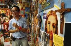 Artista Mideo Cruz fala sobre sua obra no Centro Cultural das Filipinas, em Manila. A instalação de arte que mistura uma imagem de Cristo com símbolos kitsch da cultura pop, e inclui um crucifixo com um pênis móvel, causou alvoroço entre os católicos conservadores nas Filipinas, que consideram a obra um sacrilégio. 29/07/2011 REUTERS/Romeo Ranoco