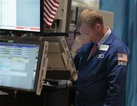 """Трейдер работает в торговом зале фондовой биржи на Уолл-стрит в Нью-Йорке, 2 августа 2011 года. Уолл-стрит снизилась во вторник, так как спор о долговом """"потолке"""" США завершился и внимание инвесторов переключилось на слабеющую экономику. REUTERS/Brendan McDermid"""