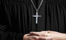 Священник на процессии в городе Лор-на-Майне, Германия, 2 апреля 2010 года. Еда в ресторане, косметика, профессиональные навыки учителя. Теперь, помимо всего этого, в интернете можно оценить и работу священников. REUTERS/Johannes Eisele