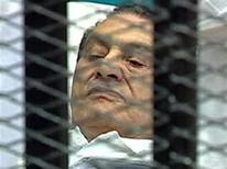 Экс-президент Египта Хосни Мубарак в зале суда в Каире 3 августа 2011 года. Свергнутый февральским восстанием экс-президент Египта Хосни Мубарак отказался признать свою вину в гибели антиправительственных демонстрантов, а также не принял обвинения в коррупции на первом заседании суда в среду. REUTERS/Egypt TV via Reuters TV