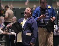 Трейдер работает на бирже в Нью-Йорке, 3 августа 2011 года. Индекс S&P 500 вырос в среду, прервав череду снижений, но опасения о состоянии экономики по-прежнему заставляют инвесторов нервничать. REUTERS/Brendan McDermid