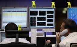 Трейдеры следят за ходом торгов на бирже во Франкфурте-на-Майне, 23 мая 2011 года. Европейские рынки акций открылись ростом в четверг, отражая подъем в Японии и на Уолл-стрит, в надежде на хорошие результаты компаний и новый цикл экономических стимулов в США. REUTERS/Alex Domanski