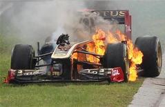 Nick Heidfeld, da Renault, tenta deixar seu carro incendiado durante Grande Prêmio da Hungria, no circutio Hungaroring, em julho. A Renault deixará de usar o carro de Nick Heidfeld, informou a equipe de Fórmula 1 nesta quinta-feira. 21/07/2011       REUTERS/Bernadett Szabo
