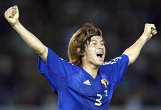 Foto de 2002 de Naoki Matsuda após vitória da seleção japonesa na fase de grupos da Copa do Mundo contra a Rússia, em Yokoyama. O ex-zagueiro do Japão morreu no hospital nesta quinta-feira, dois dias depois de desmaiar durante um treino por conta de um provável ataque cardíaco. Ele tinha 34 anos. 09/06/2002 REUTERS/Ruben Sprich/Arquivo