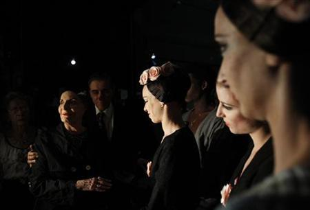 Alicia Alonso (L), Cuba's prima ballerina assoluta and director of the Cuban National Ballet talks backstage to her ballerinas before the Cuban National Ballet Gala concert at the Bolshoi Theatre in Moscow, August 2, 2011. REUTERS/Denis Sinyakov