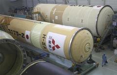 Рабочий проходит мимо фюзеляжа ракеты H-2A на заводе Mitsubishi Heavy Industries в Нагое (Япония), 22 сентября 2010 года. Hitachi Ltd и Mitsubishi Heavy Industries готовы прекратить переговоры о слиянии, сообщили в пятницу источники, знакомые с ситуацией. REUTERS/Yuriko Nakao