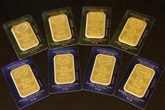 Слитки золота, сфотографированные в Стамбуле, 19 июля 2011 года. Цены на золото растут в пятницу на фоне бегства инвесторов с фондовых и долговых рынков из-за опасений распространения кризиса в еврозоне и возобновления рецессии в США. REUTERS/Murad Sezer