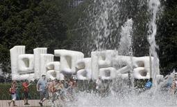 <p>Un grupo de asistentes al Festival musical Lollapalooza en Grant Park, Chicago, EEUU, ago 5 2011. Lollapalooza, el gigantesco festival de rock que celebrará 20 años de existencia con tres días de música a partir del viernes en Chicago, se expandirá el próximo año a Sao Paulo. REUTERS/Jim Young</p>