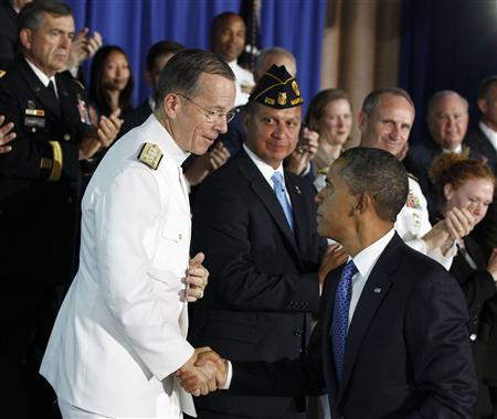 U.S. President Barack Obama shakes hands with Chairman of the Joint Chiefs of Staff Admiral Mike Mullen (L) after he speaks about military veterans entering the workforce while at the Washington Navy Yard in Washington, August 5, 2011. REUTERS/Larry Downing