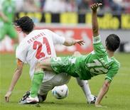 Christian Traesch (direita), do Wolfsburg, e Pedro Geromel, do Colônia, disputam a bola em partida pelo Campeonato Alemão, em Colônia, na Alemanha. 06/08/2011 REUTERS/Wolfgang Rattay