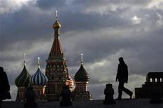 Прохожие на фоне Собора Василия Блаженного на Красной площади в Москве 21 декабря 2007 года. Москвичей ждет ненастная рабочая неделя с дождями и грозами, прогнозируют синоптики. REUTERS/Denis Sinyakov