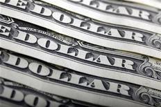 Банкноты долларов США, Варшава, 26 января 2011 года. Темпы роста крупнейших экономик мира могли миновать пик, свидетельствуют опубликованные в понедельник результаты исследования Организации экономического сотрудничества и развития (ОЭСР). REUTERS/Kacper Pempel