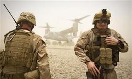 """Военнослужащие морской пехоты США на юге Афганистана 30 июня 2011 года. Государственные СМИ Китая в понедельник объяснили долговой кризис США огромными расходами на военные операции и призвали Вашингтон покончить с политикой глобального """"деспотизма"""". REUTERS/Shamil Zhumatov"""
