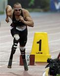 Oscar Pistorius participa da corrida de 400 metros no Grand Prix New York Diamond League. O sul-africano duplamente amputado foi selecionado para correr os 400 metros e o revezamento 4 por 400 metros no campeonato mundial de atletismo que começa este mês em Daegu, na Coreia do Sul. 11/06/2011 REUTERS/Brendan McDermid