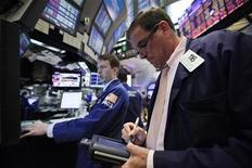 Трейдеры на торгах фондовой биржи в Нью-Йорке 8 августа 2011 года. Уолл-стрит пережила новый обвал в понедельник - первую торговую сессию после исторического понижения кредитного рейтинга США. REUTERS/Brendan McDermid