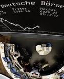 Вид на зал Франкфуртской фондовой биржи 9 августа 2011 года. Европейские фондовые рынки резко снизились во вторник из-за опасений, что крупным экономикам угрожает повторная рецессия, и сомнений в том, что регуляторы смогут остановить панику. REUTERS/Kai Pfaffenbach