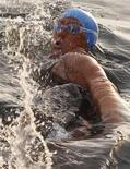 Norte-americana Diana Nyad inicia travessia a nado da Flórida para Havana, em Cuba, no domingo. A nadadora de 61 anos abandonou na terça-feira sua tentativa de se tornar a primeira pessoa a nadar de Cuba à Flórida fora de uma jaula antitubarões na metade do trajeto, informou a CNN. 07/08/2011 REUTERS/Enrique De La Osa