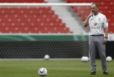 Técnico Mano Menezes comanda treino do Brasil em Stuttgart para amistoso contra a Alemanha, que acontece na quarta-feira. REUTERS/Alex Domanski