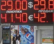 Электронное табло обменного пункта в центре Москвы, 9 августа 2011 года. Рубль значительно растет в начале торгов среды к бивалютной корзине и её компонентам на фоне восстановления глобальных рынков после решения ФРС США ближайшие два года не ужесточать денежно-кредитную политику. REUTERS/Denis Sinyakov