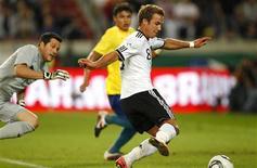 Mario Goetze passa pelo goleiro Júlio César para marcar gol da Alemanha contra o Brasil.  REUTERS/Kai Pfaffenbach