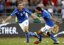 Aquilani (à direita) comemora gol da Itália contra a Espanha em amistoso.  REUTERS/Alessandro Garofalo