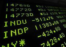Электронное табло на Нью-йоркской фондовой бирже, 4 августа 2011 года. Уолл-стрит снизилась в среду из- за страхов, что европейский долговой кризис может поглотить французские банки и распространиться на американский финансовый сектор. REUTERS/Brendan McDermid