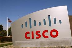 Логотип Cisco возле здания компании в Сан-Хосе, 3 февраля 2010 года. Прибыль и выручка производителя сетевого оборудования Cisco оказались лучше прогнозов в четвертом квартале 2010-2011 финансового года, сообщила компания в среду вечером. REUTERS/Robert Galbraith