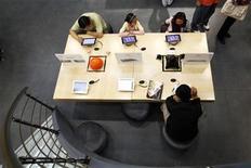 <p>Foto de archivo de una tienda falsa de la firma Apple en Kunming, China, jul 22 2011. Las autoridades de la ciudad china de Kunming han identificado otras 22 tiendas de Apple no autorizadas, semanas después de que una tienda falsa de la compañía en la localidad desencadenara una tormenta internacional. REUTERS/Aly Song</p>