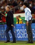 Técnicos do Brasil, Mano Menezes, e da Alemanha, Joachim Loew, durante amistoso entre as equipes em Stuttgart. 10/08/2011 REUTERS/Thomas Bohlen